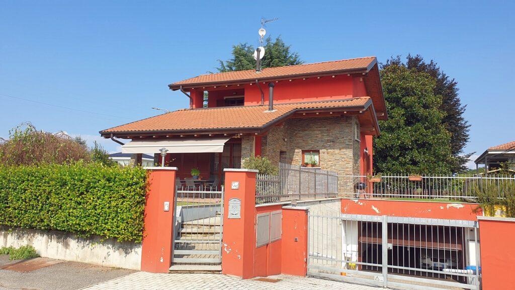 Rif.2336 – Vendesi villa singola con giardino